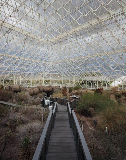 O Projeto Biosfera 2 foi um projeto realizado no ano de 1986 no Arizona, nos Estados Unidos e tinha como objetivo a recriação do ecosistema da Terra artificialmente como um laboratório de pesquisa. Mas algo correu mal, e hoje o projeto caminha para a decomposição total.