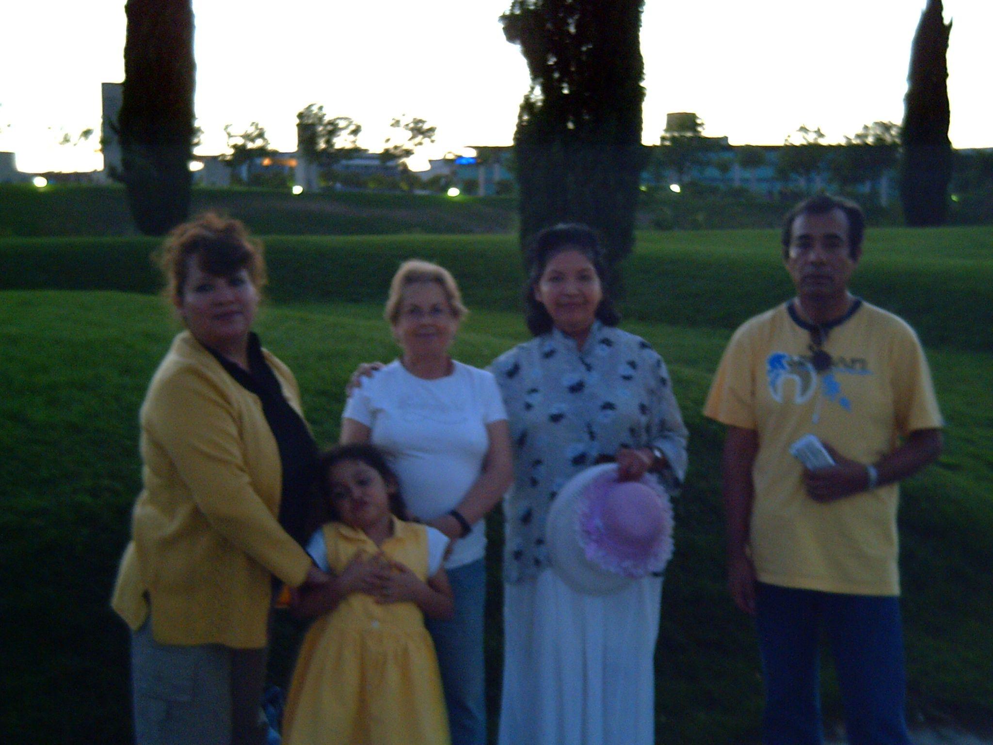 Marita mi esposa, Kory, Aracelly, Mama y Eduardo Ayala en el parque Juan Carlos.