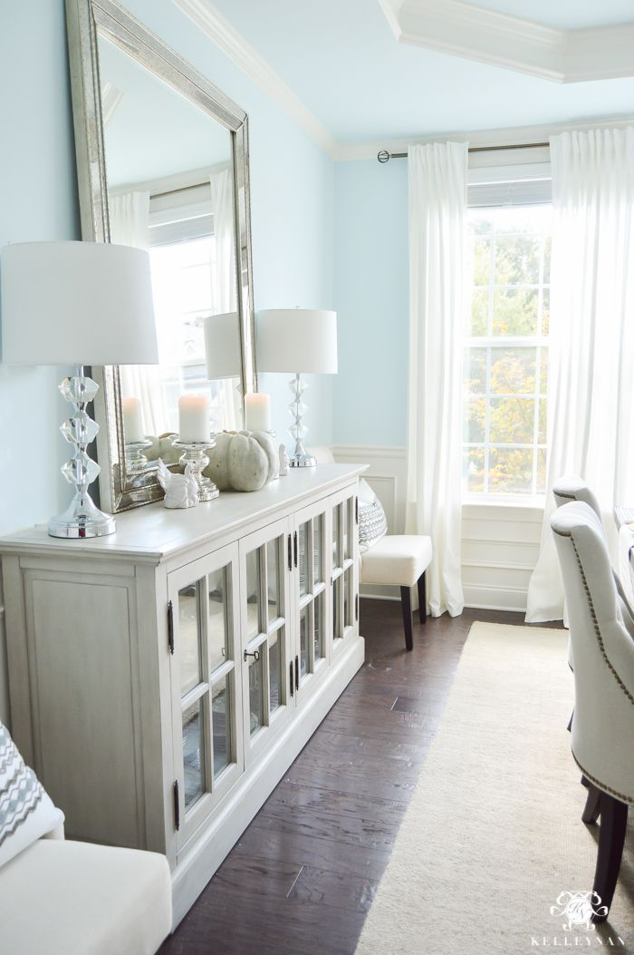 A Classic Blue And White Table For A Traditional Thanksgiving Kelley Nan Dining Room Design Mirror Dining Room Dining Room Blue
