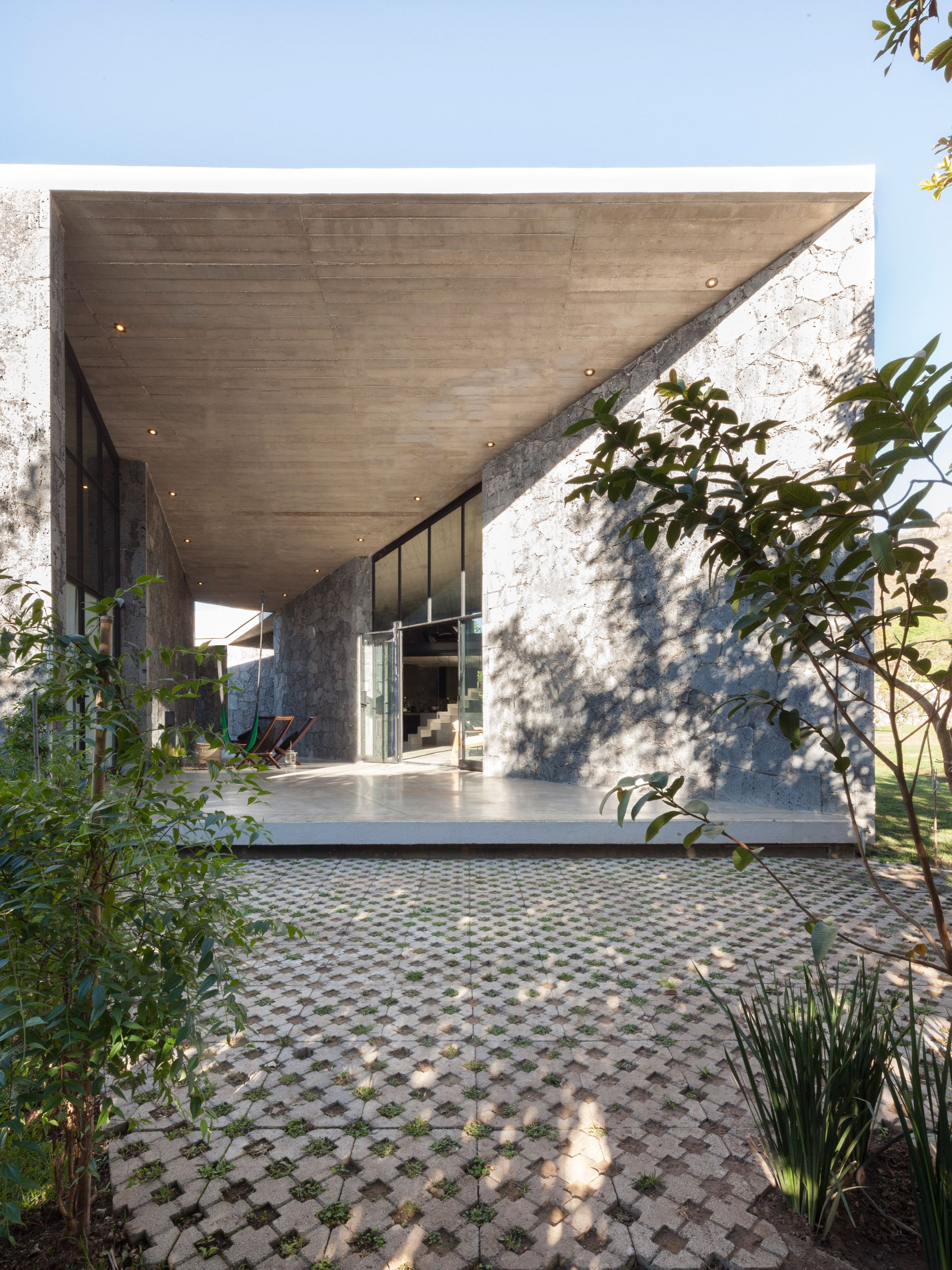 MA House by Cadaver & Sola-Morales, outside Mexico City ...