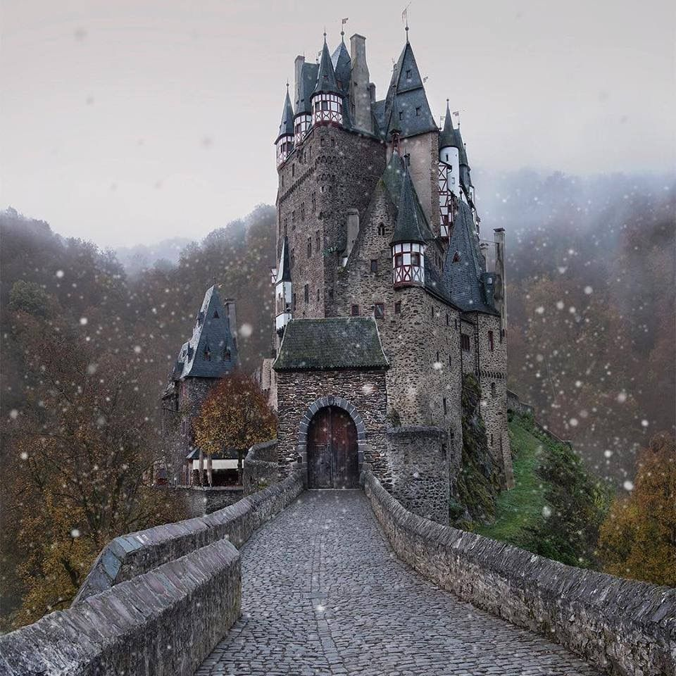 Eltz Castle, Germany🏰🍂 | Photo by: Kyrenian