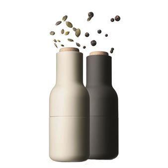 Menun pullonmuotoisilla myllyillä voi jauhaa muutakin kuin suolaa ja pippuria. Bottle on maustemylly, jolla voi jauhaa myös suurikokoisempia ja harvinaisempia mausteita. Myllymekanismi on sijoitettu yläosaan, jolloin suola, pippuri ja muut mausteet eivät varise pöydälle.