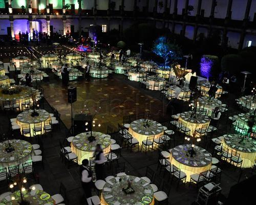 Vista a rea del montaje del evento con mesas iluminadas for Articulos decoracion salon
