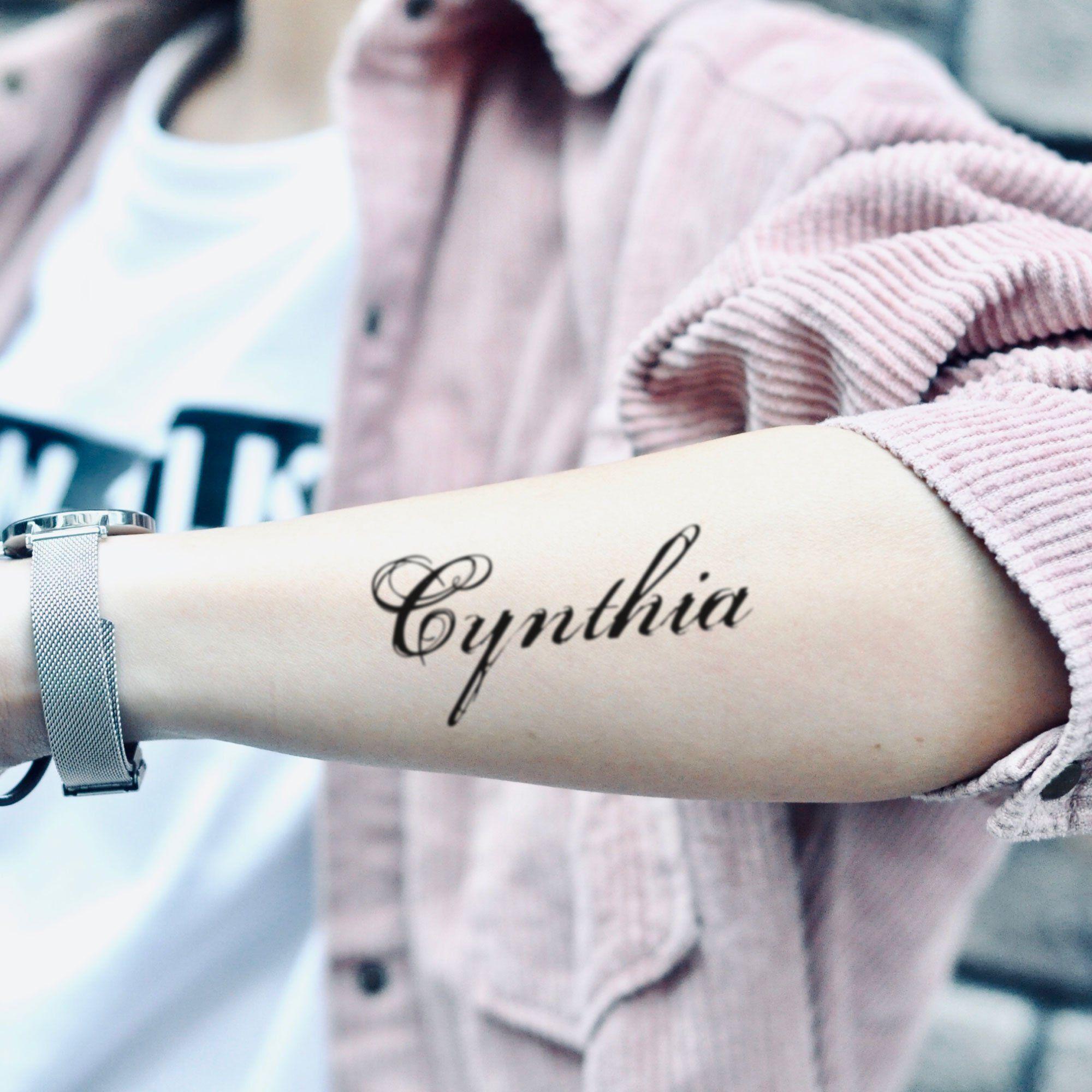 Photo of Etiquetas engomadas temporales del tatuaje del nombre de Cynthia (juego de 2)