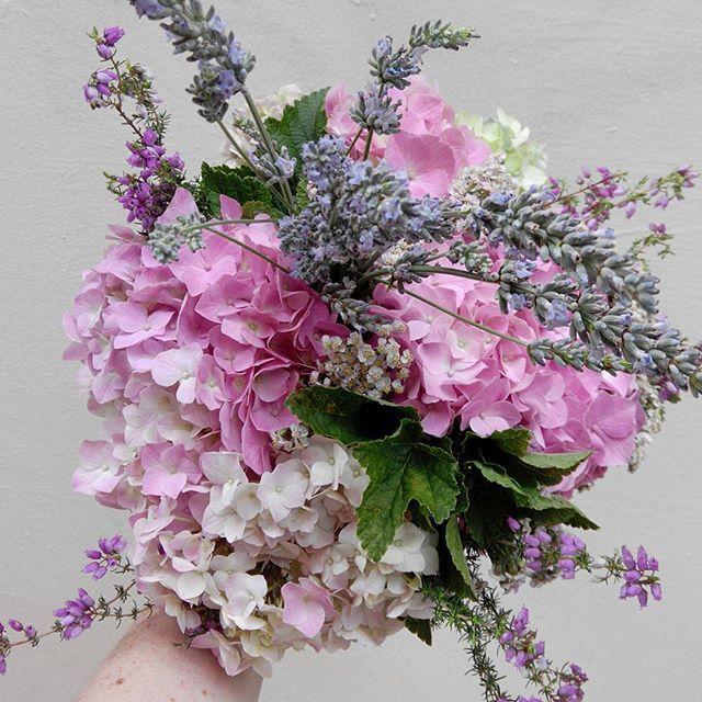 bouquet du jour avec les fleurs de saison hortensia lavande et bruy res fleur saison pastel. Black Bedroom Furniture Sets. Home Design Ideas