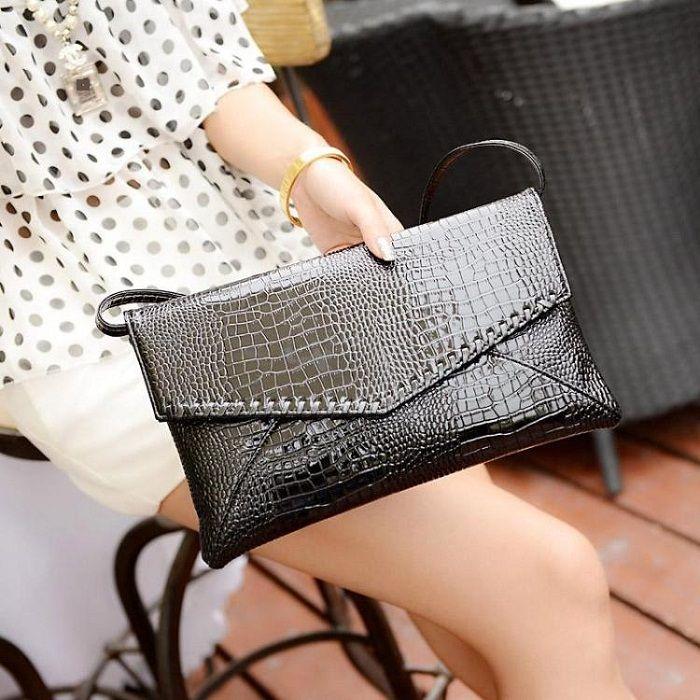 Bonita cartera de mano, con relieve animal print. Perfecta para el dia y la noche. www.alhuca.com