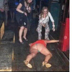 Esta mujer que ni siquiera logra entrar a este club ahora mismo…   28 personas que se tomaron un trago de más