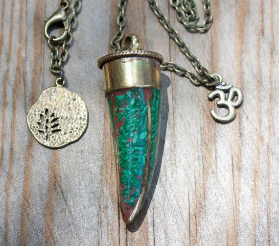 7b0c14c17d20 Collar Cuerno tibetano de latón incrustaciones de Malaquita Colgante Boho  collar largo étnico cadena bronce Amuleto OM símbolo de la suerte