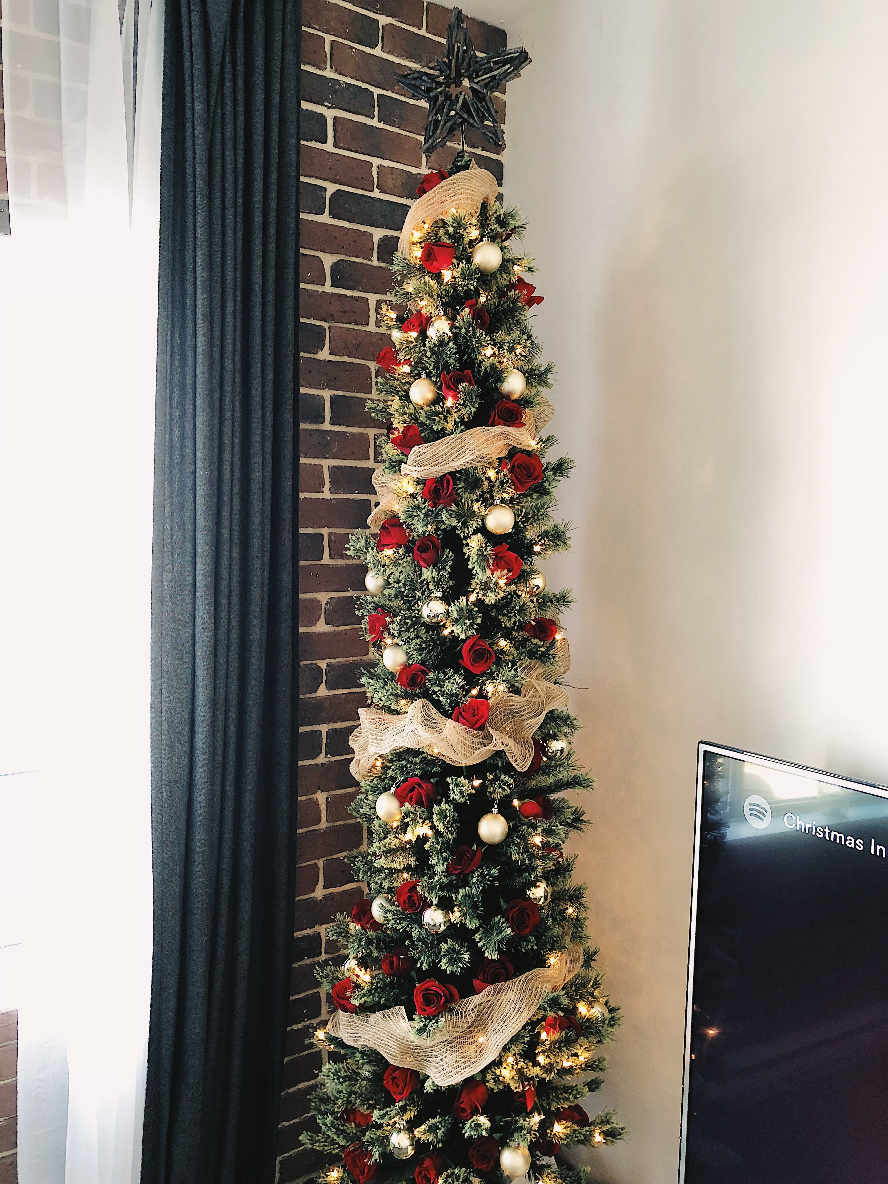 Red Roses Christmas Tree With Gold Ornaments Christmas Christmas Diy Christmas Decorations