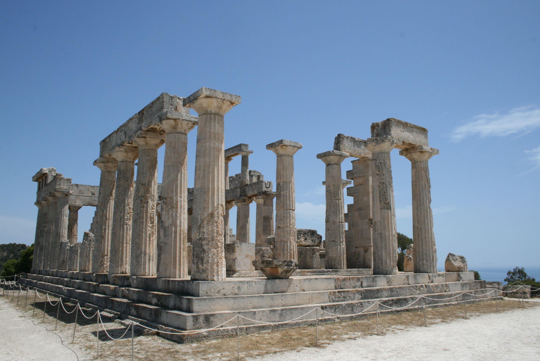 El templo de Afaia en Egina, se enmarca en un período de transición ...
