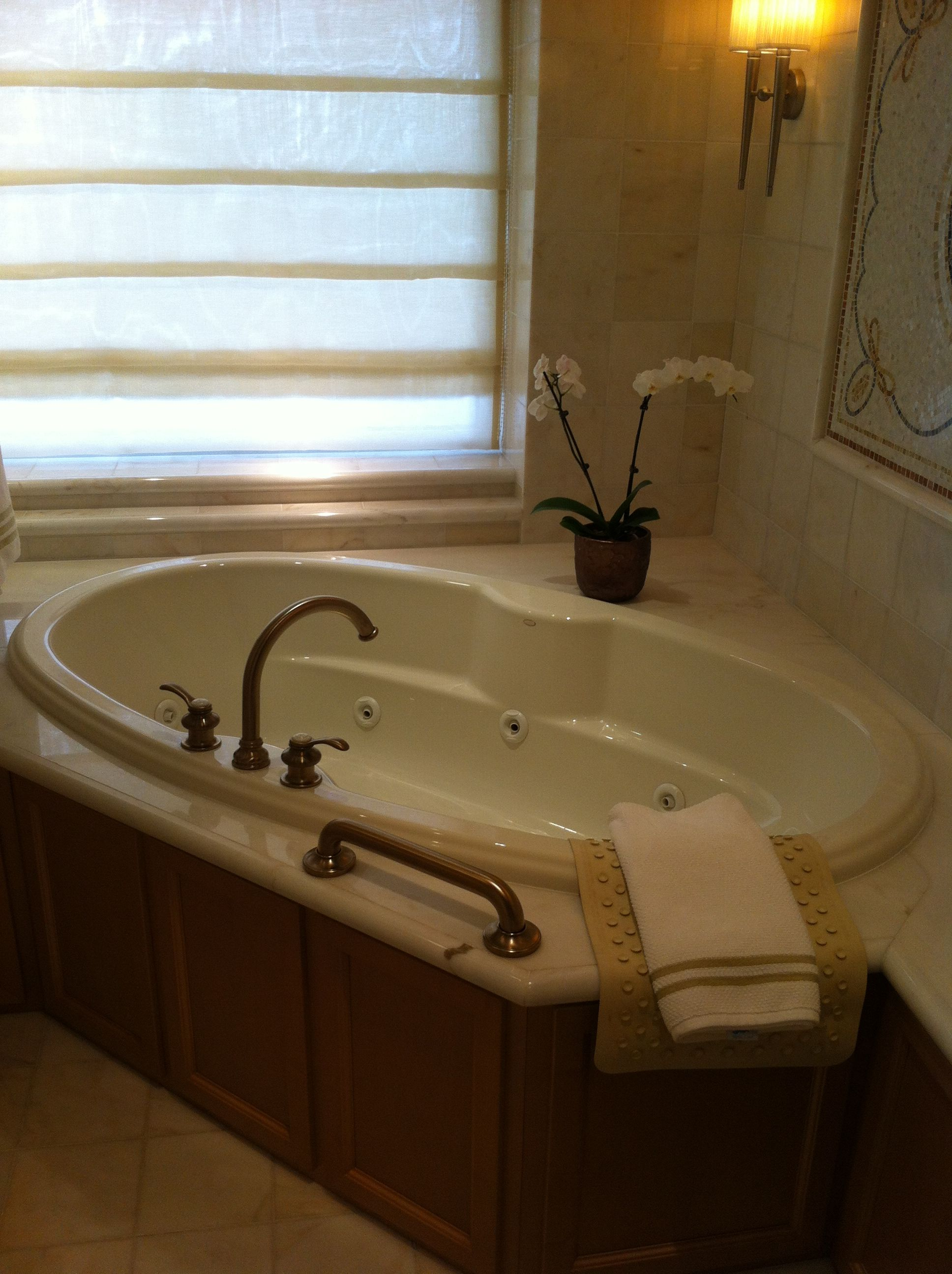A jacuzzi bath in The Britten Suite | Jacuzzi | Pinterest | Jacuzzi ...