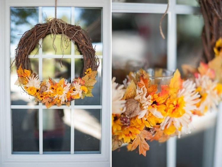 schöner Kranz aus natürlichen Zweigen und künstlichen Herbstblättern