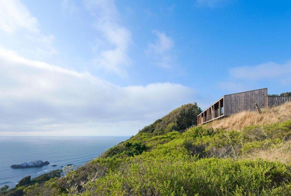 Integrado su arquitectura en el espectacular entorno natural de la Costa Central de Chile, esta casa unifamiliar utiliza elementos naturales de sus alrededores como piedra y madera para abrirse hacia la bahía.