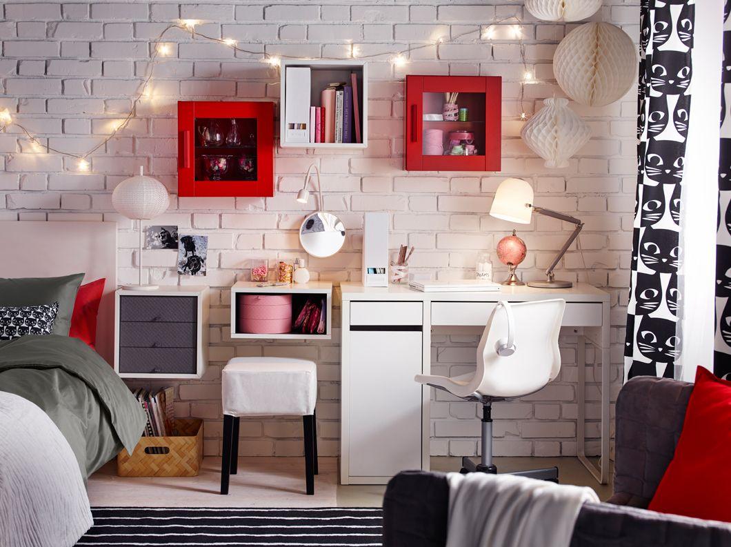 slaapkamer uitgerust met een wit bureau en een bureaustoel in combinatie met rode en witte bovenkasten