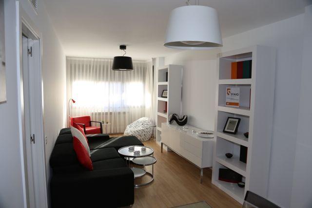 Excelente oportunidad de adquirir un piso nuevo en la localidad de Valdemoro. La vivienda cuenta con 2 dormitorio, 2 baño, salón- comedor, cocina idependiente, suelos de tarima, calefacción individual, piscina comunitaria.