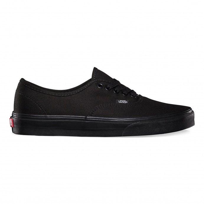 Der Authentic, Vans erster und heute klassischer Schuh, ist ein schlichter Low Top mit Schnürung, robustem Canvas-Oberteil, Metallösen, Vans Flaggen-Label und der authentischen Vans Waffelsohle.