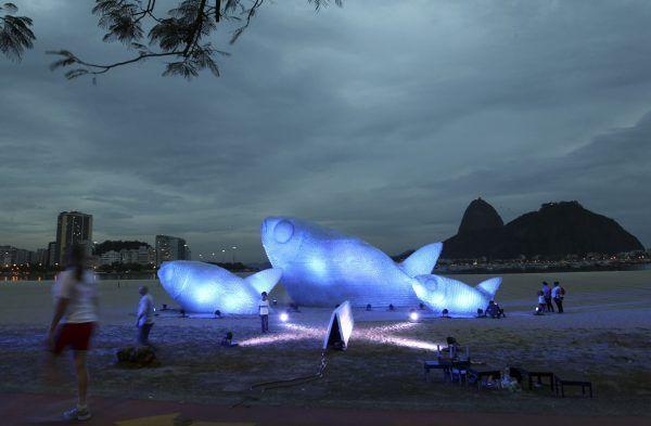 Wow, sculpture of recycled bottles    20 Minuten Online - Monströs, was alles im Meer schwimmt - News