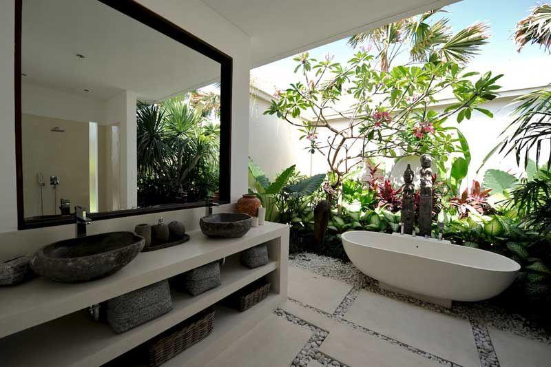 Salledebain priv e compos e d 39 un bain de style balinais et d 39 un petit jardin tropical - Salle de bain tropicale ...