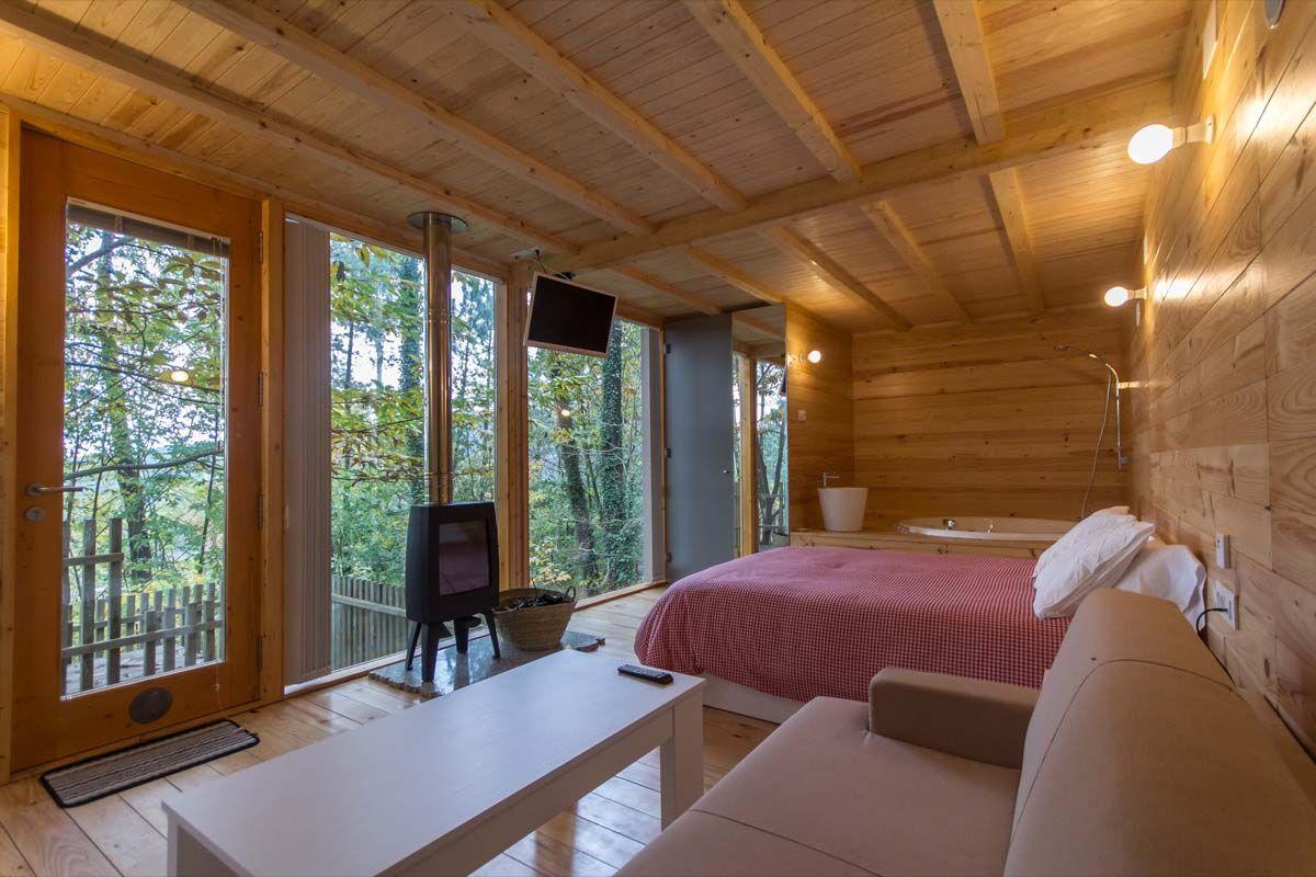 Caba a de madera entre rboles turismorural galicia - Casas rurales madera ...