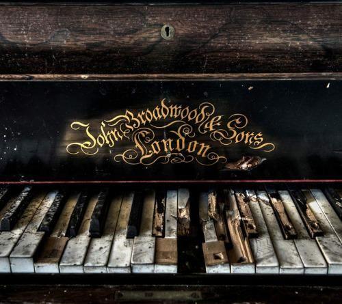 Piano con mucha historia detrás.