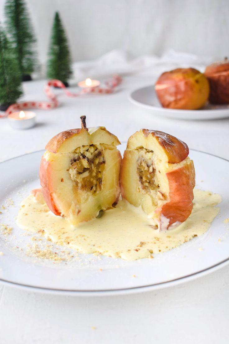Klassischer Bratapfel mit Vanillesauce und Marzipan Nuss Füllung