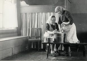 SKS vuotuisjuhlat. Pääsiäinen. SKS 2745. Kropsua sotketaan. Kurikka, Rinta-Jyllilä, 1941. Kuvaaja Samuli Paulaharju.