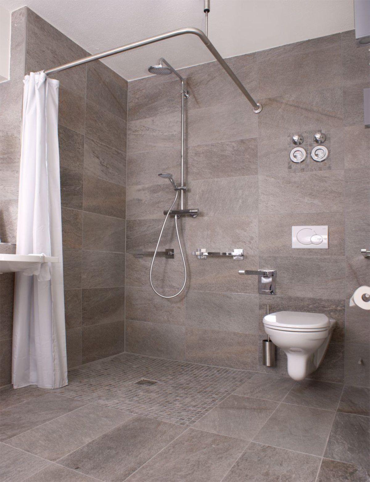 Sehr Kuhl Gestaltet Wirkt Es Dadurch Aber Sehr Offen Und Gross Manchmal Passt Ein Weisser Duschv Modernes Badezimmerdesign Duschvorhang Badezimmer Renovieren