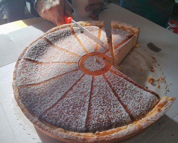 Imagina a alguien cortando una torta frente a ti de esta manera.   Te retamos a que intentes ver todo este post sin enojarte