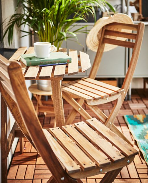 Kleine Tafel En Twee Klapstoelen Als Knus Zithoekje Gartentisch