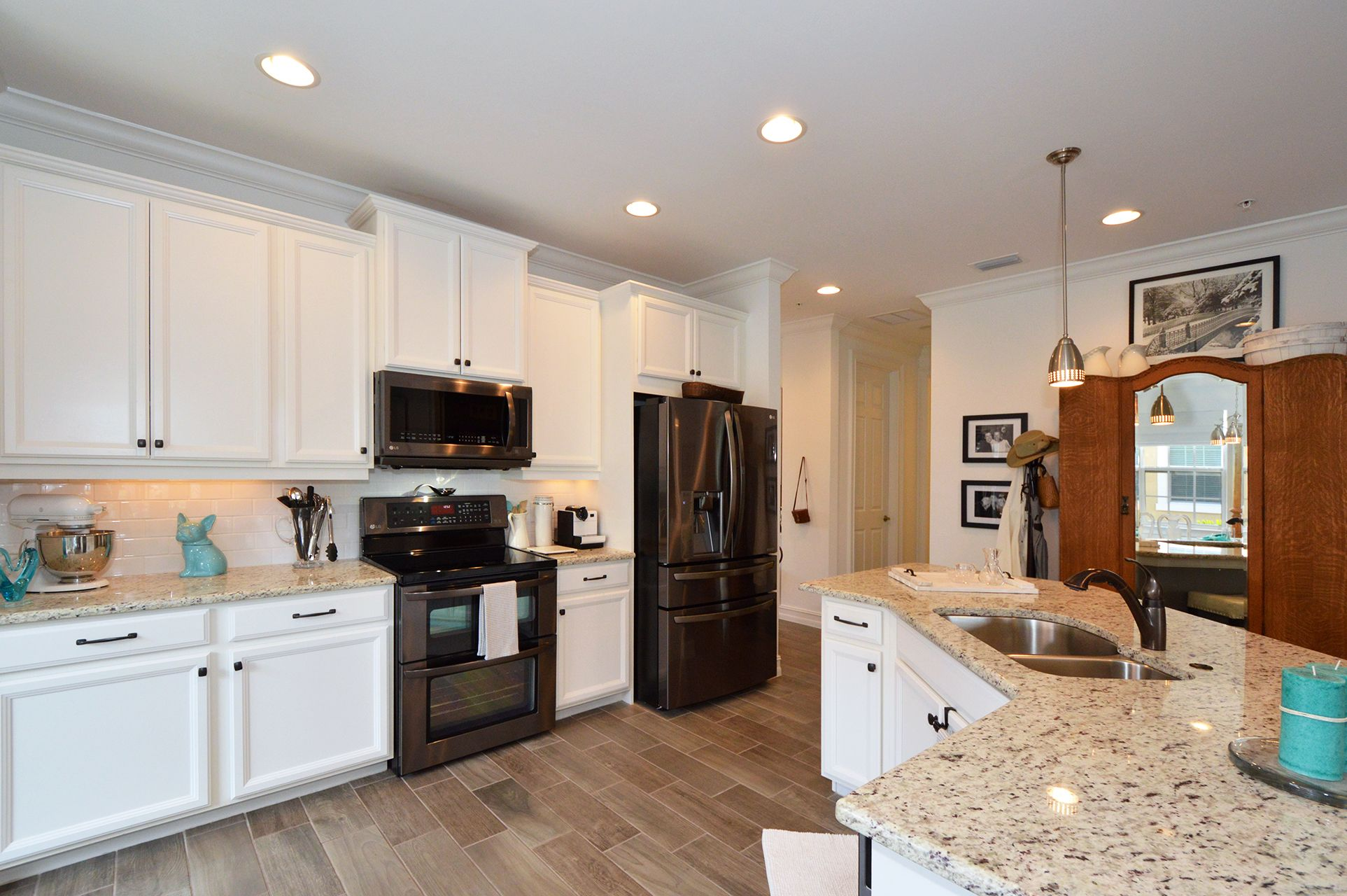 Beautifully Done Kitchen With Staggered Cabinets And Black Stainless Appliances Cozy Kitchen Cabinetry Design Staggered Kitchen Cabinets Bathroom Design Decor