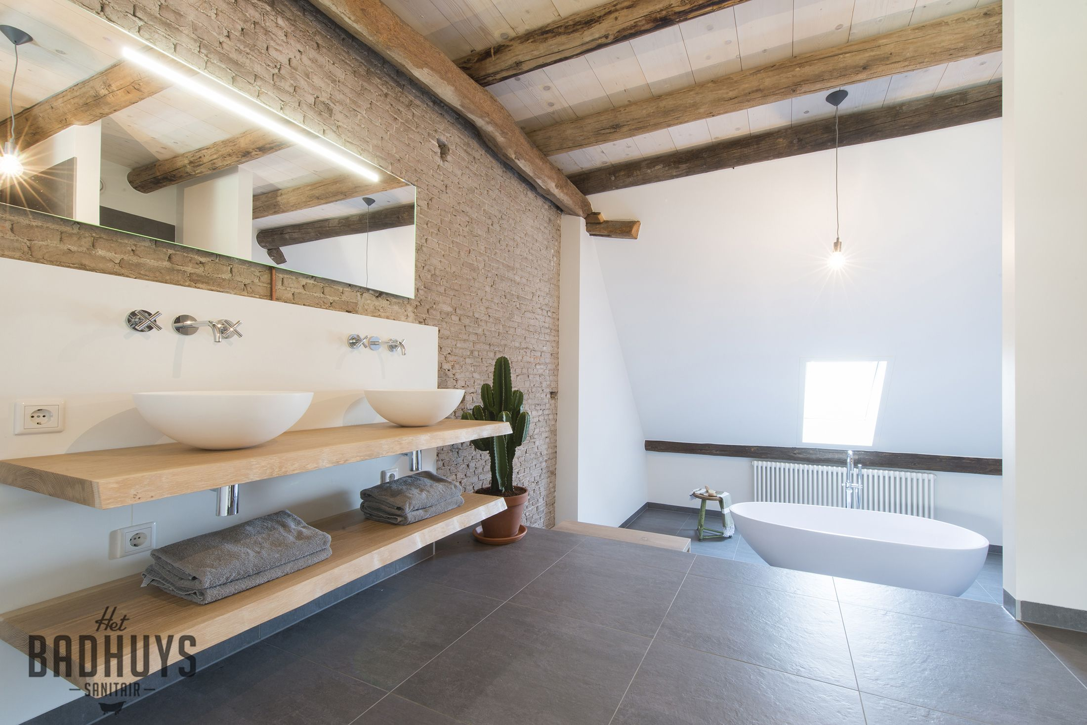 Eigentijdse badkamer met badmeubel gemaakt van ruwe eiken planken en