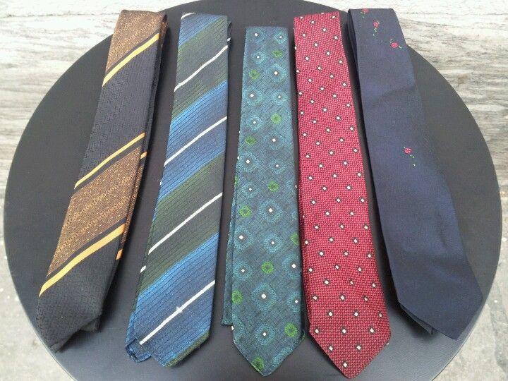 wie wärs mit einer vintage-krawatte zu weihnachten ?  viele modelle von den 1950's - 80's, uni farben oder strange patterns.