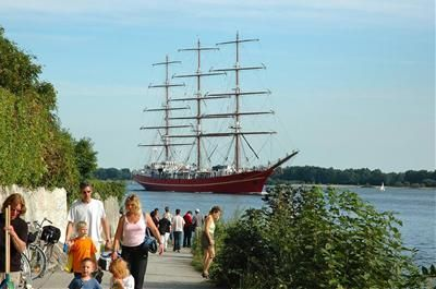 Ein Traditionssegelschiff passiert Wedel-Schulau