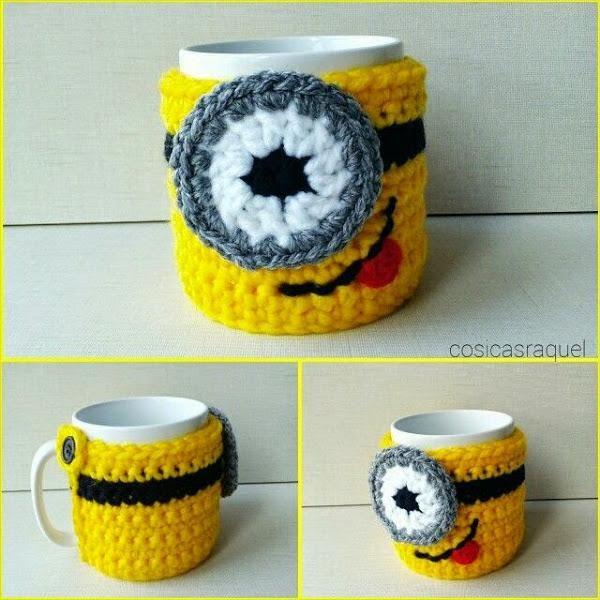 Para todos los que disfrutéis con el crochet, aquí tenéis un trabajo muy divertido: Una funda cubre tazas de Minions.