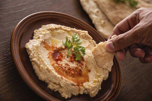 Hummus con galletas integrales, gran opción como colación de media tarde o once.  Es el snack perfecto para compartir con tus compañeros de trabajo!  www.nutretuvida.org