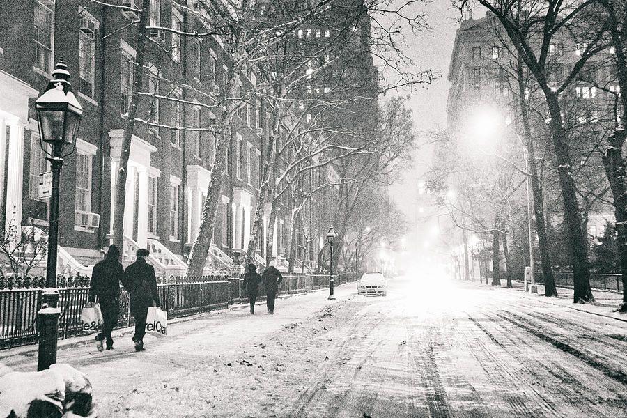 new-york-city-winter-night-in-the-snow-at-washington-square-vivienne-gucwa.jpg (900×600)