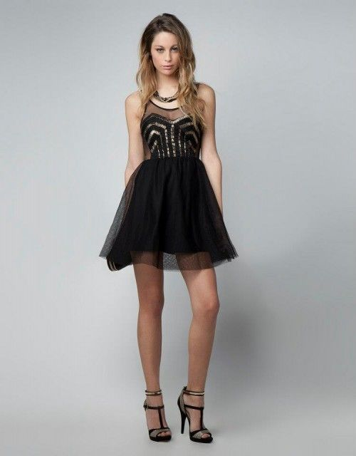 Vestido de fiesta corto en color negro con brocados en el corpiño y falda  corta vaporosa - Foto Bershka 1dbfe0351622