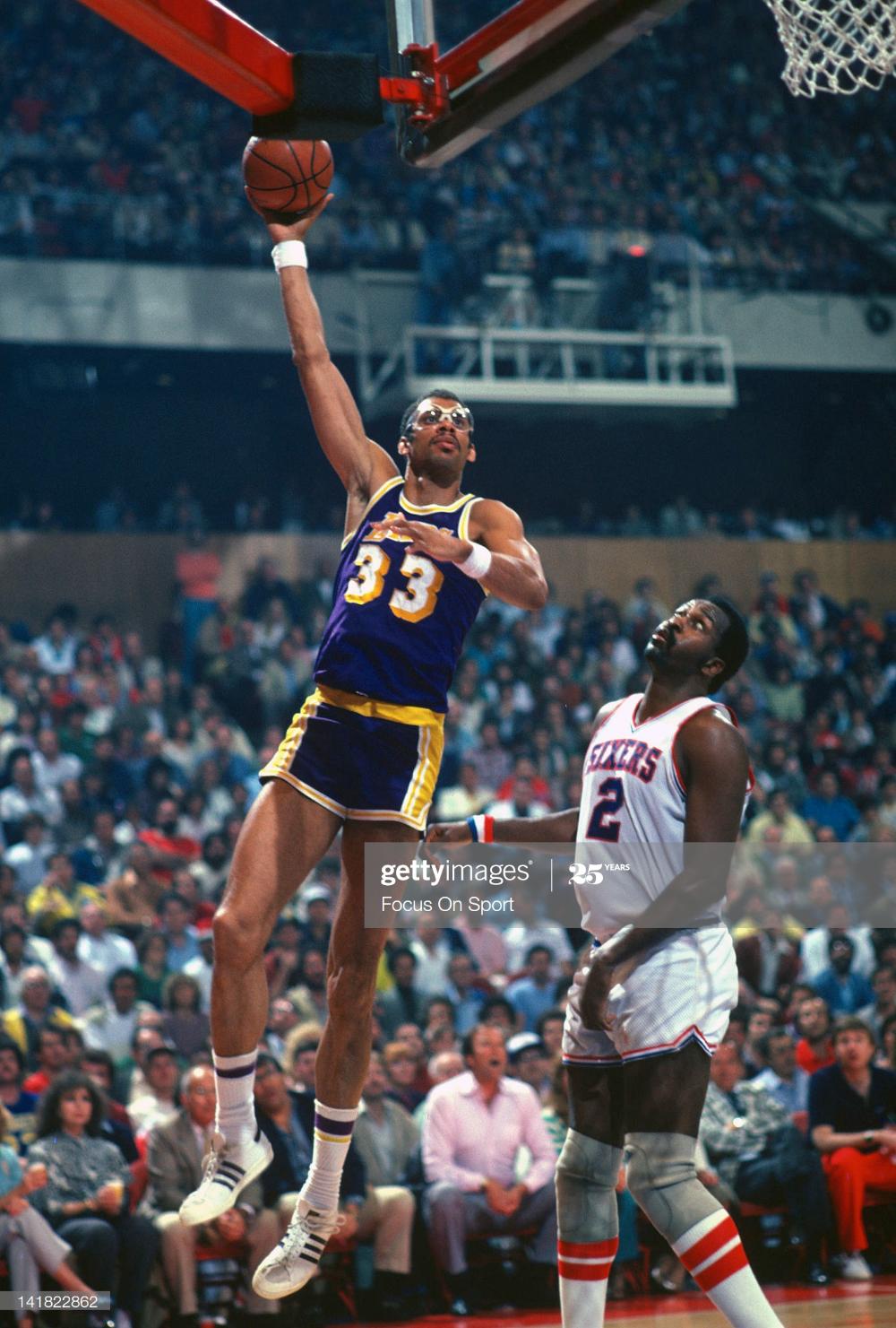 Kareem Abdul Jabbar Of The Los Angeles Lakers Goes Up To Shoot Over Kareem Abdul Jabbar Kareem Abdul Los Angeles Lakers