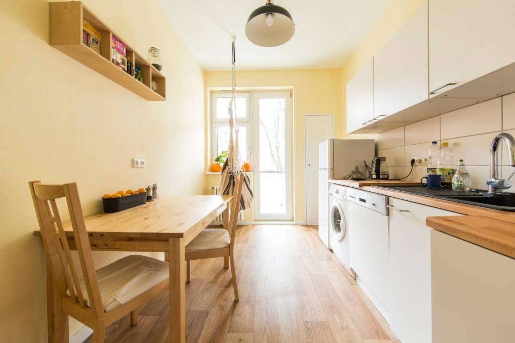Freundliche Küche mit Holzboden, gelblicher Wand und warmem Licht - u küchen bilder