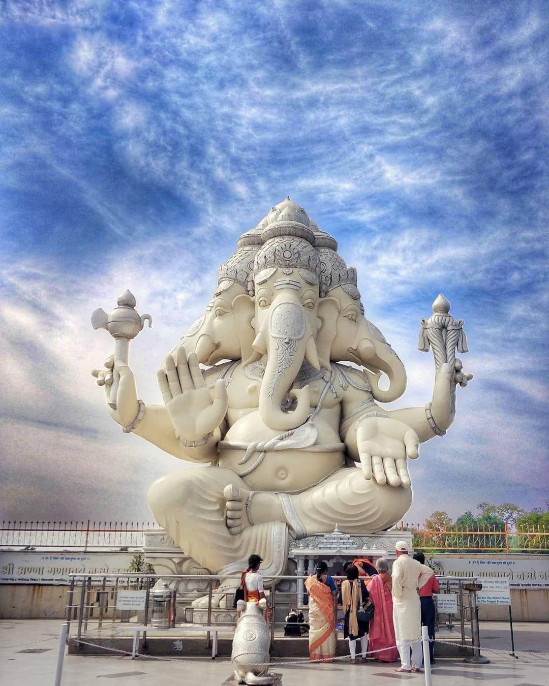 Le miracle du lait bu par Shri Ganesha et d'autres Divinités filmé voir vidéo ....... 7e00875d098660570482daf1ce3c4522