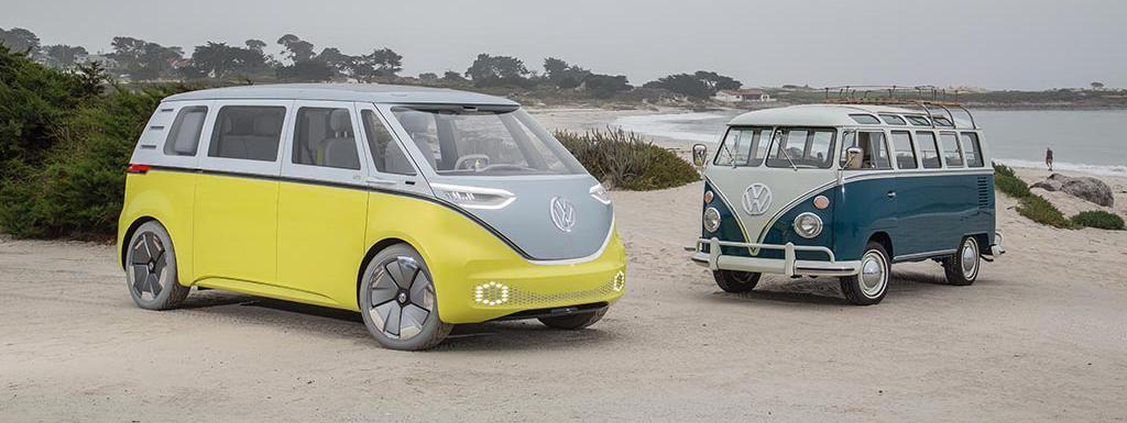 Un Combi Volkswagen de première génération est vu à côté de l'I.D.