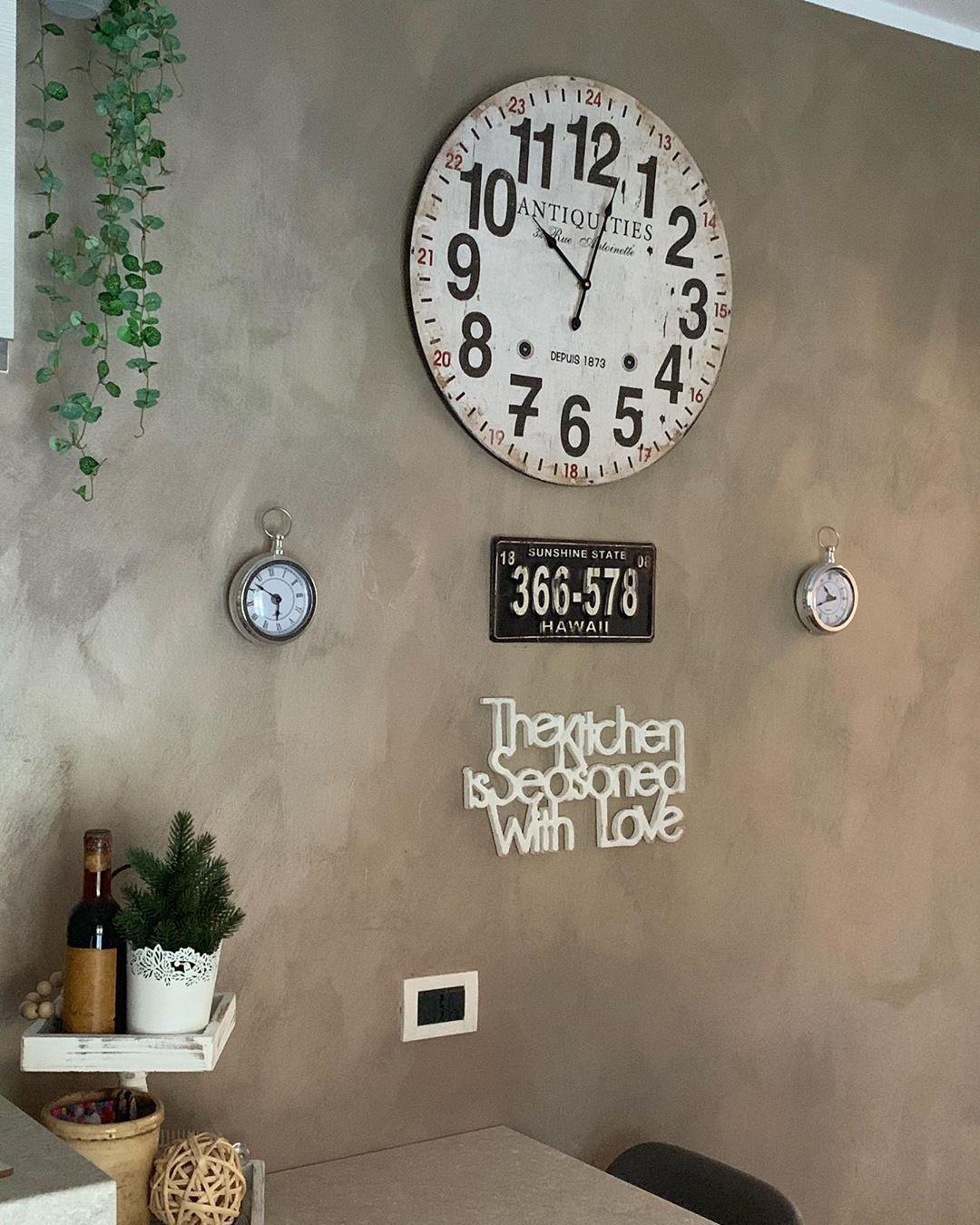 Buongiorno....guardate un po'? Finalmente è arrivata la mia decorazione murale personalizzata della @declea.it ... the kitchen is seasoned with love  La cucina è condita con amore ....mi piace davvero moltissimo ...!! . . . . Che ve ne sembra ?. . . . . Home#homesweethome#homedesign#homemade #homemade #homesteading #cucina&n