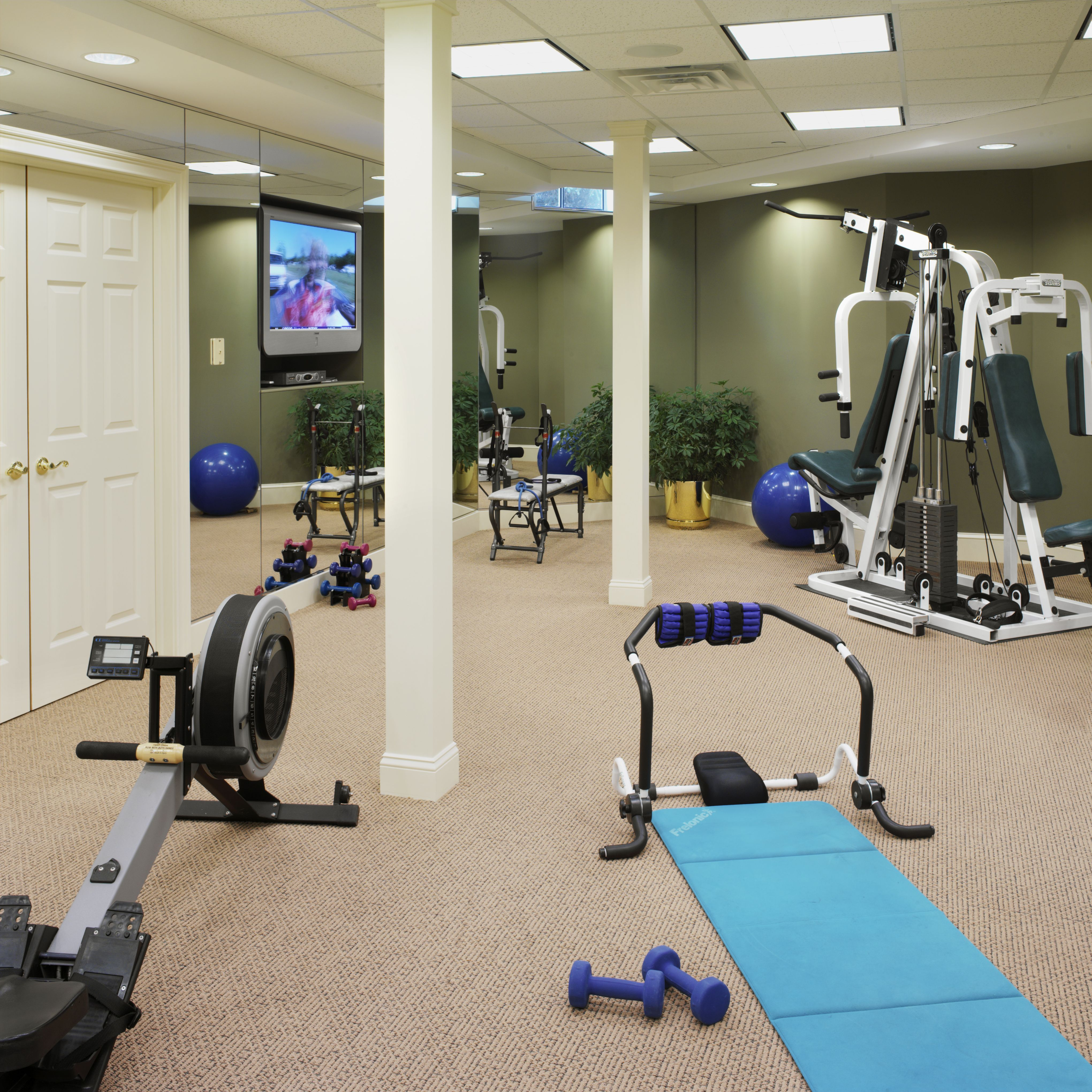 home gym- like the tv set in the mirrored walls | Dream Home - Gym ...