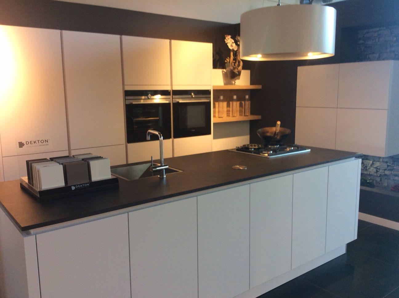 Modern en tijdloos witte greeploze keuken kookeiland met zwart
