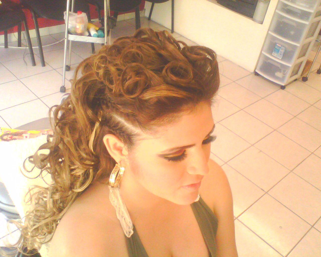 Peinado de salon para fiesta de noche cabello chino - Peinados de fiesta ...