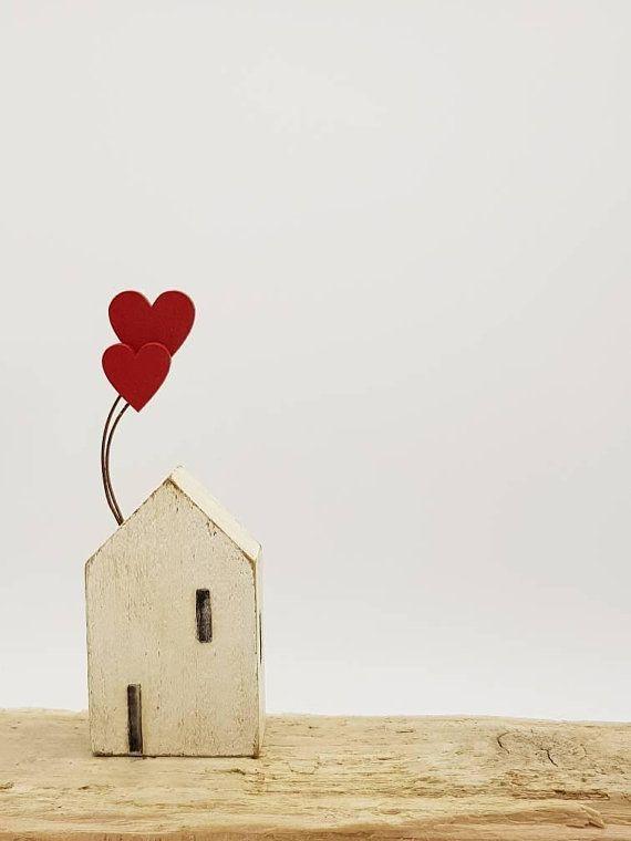 Kleines hölzernes kornisches Häuschen mit Liebesherz-Ballon Geschenken - Holzideen