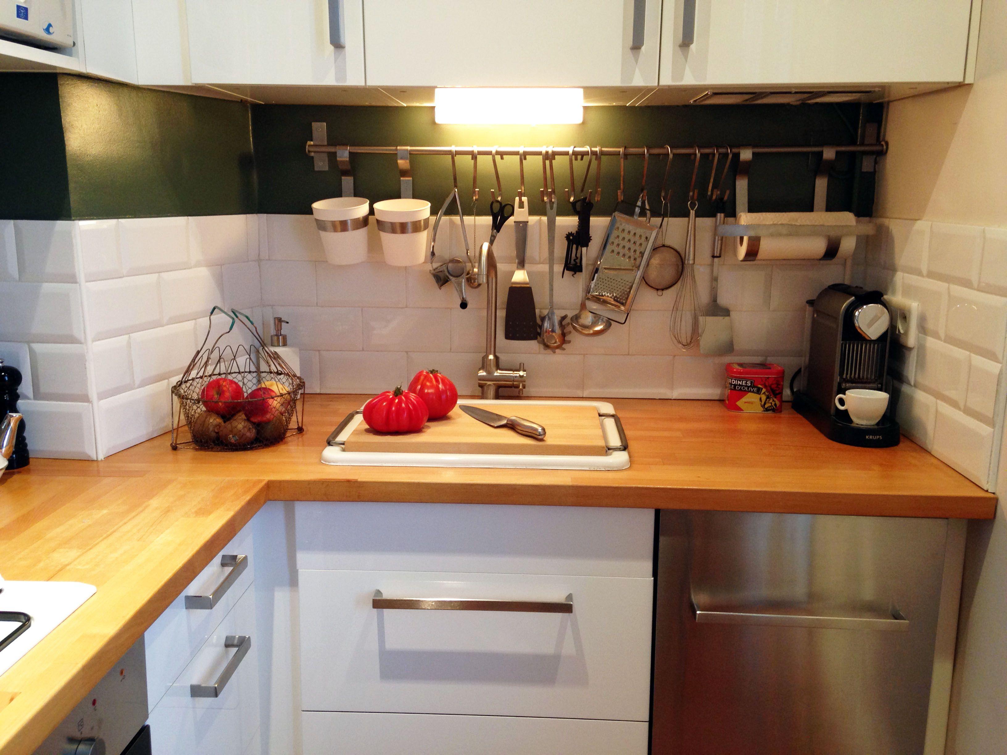Cuisine blanche avec plan de travail en bois et carreaux - Cuisine blanche avec plan de travail bois ...