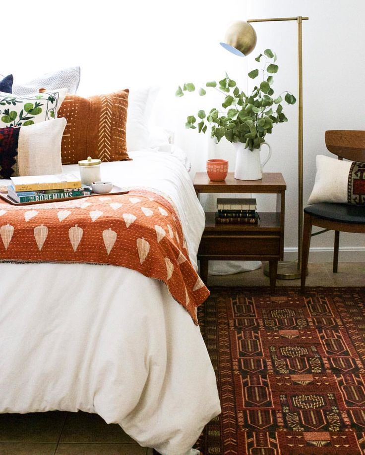 Tolles Retro Schlafzimmer mit Rot Orangenen Akzenten
