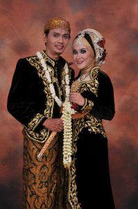 Pin Oleh Prawoto Mangkudiharjo Di Preweding Pengantin Gaun