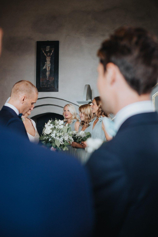 524328ec927 bröllop-i-västerås-skerike-kyrka-marinblått-pastellgrönt-bröllopsfotograf-